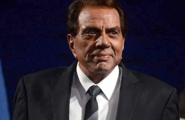 dharmendra-is-taking-first-shot-of-the-covid-19-va